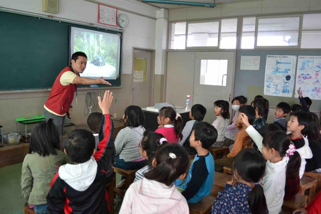 121030 小学校へのホクリクサンショウウオ出前授業写真